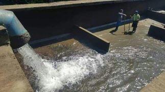 agua fluye